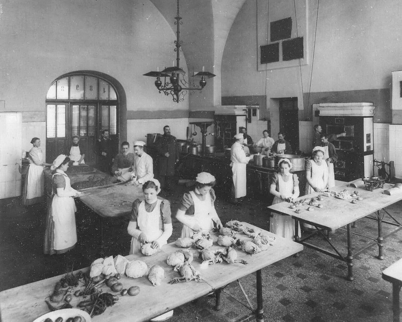 49. Приготовление обеда на кухне Императорского воспитательного общества благородных девиц (Смольный институт)