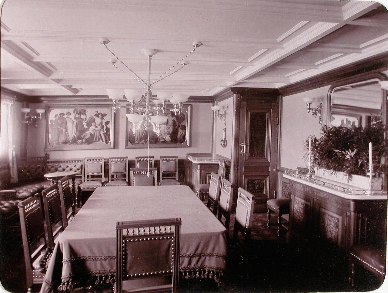 12. Вид части столовой для пассажиров яхты