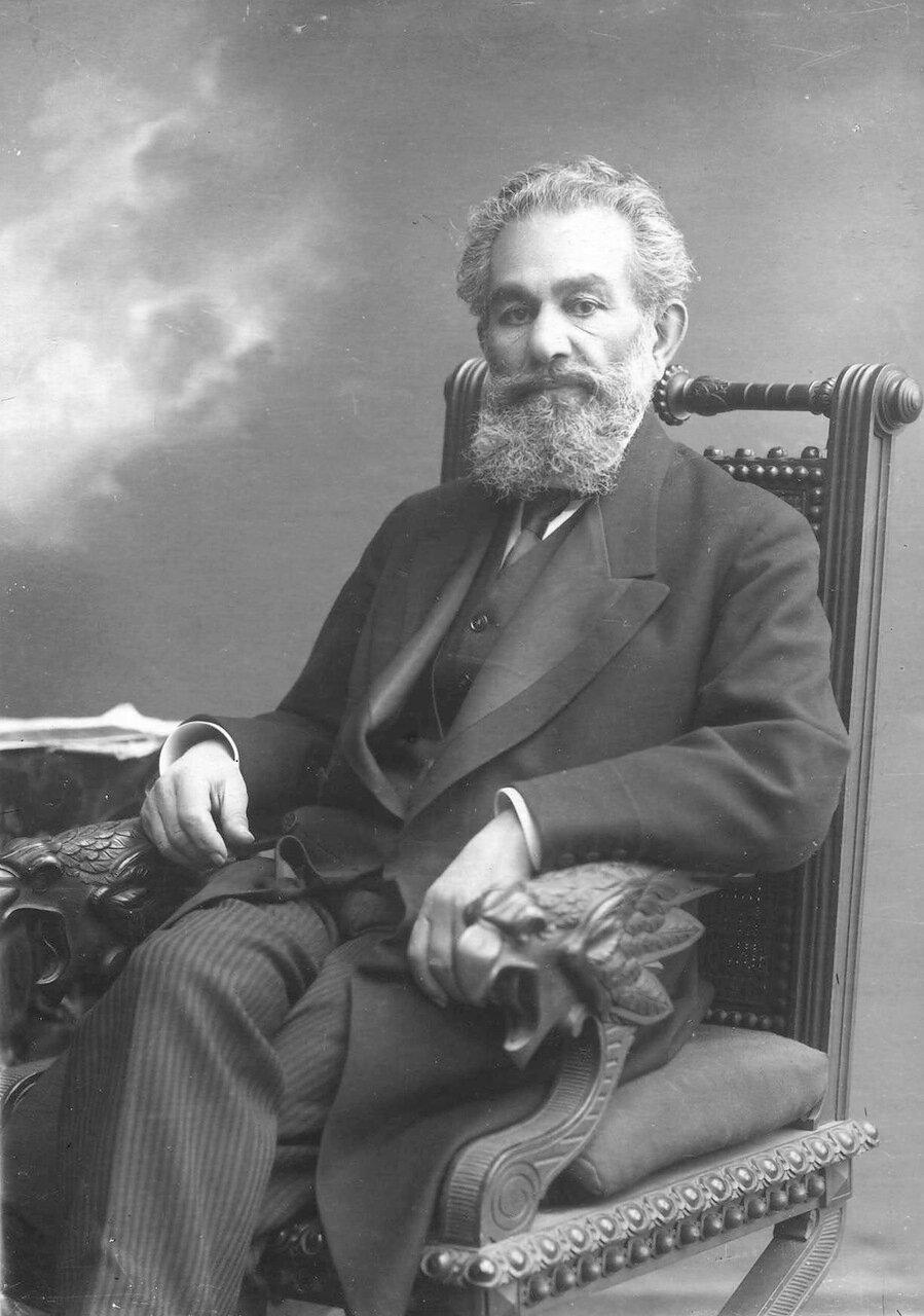 Вартанов Вартан Иванович - профессор, заведующий кафедрой физиологии, в кресле