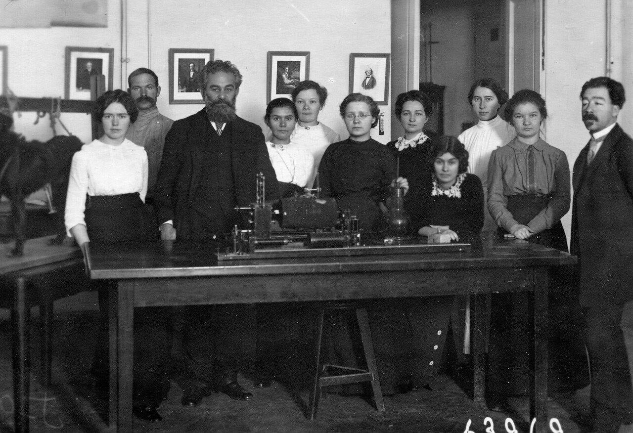 Вартанов Вартан Иванович - профессор, заведующий кафедрой физиологии (с 1898 по 1919 гг.) женского медицинского института на занятиях со слушательницами в физиологической аудитории