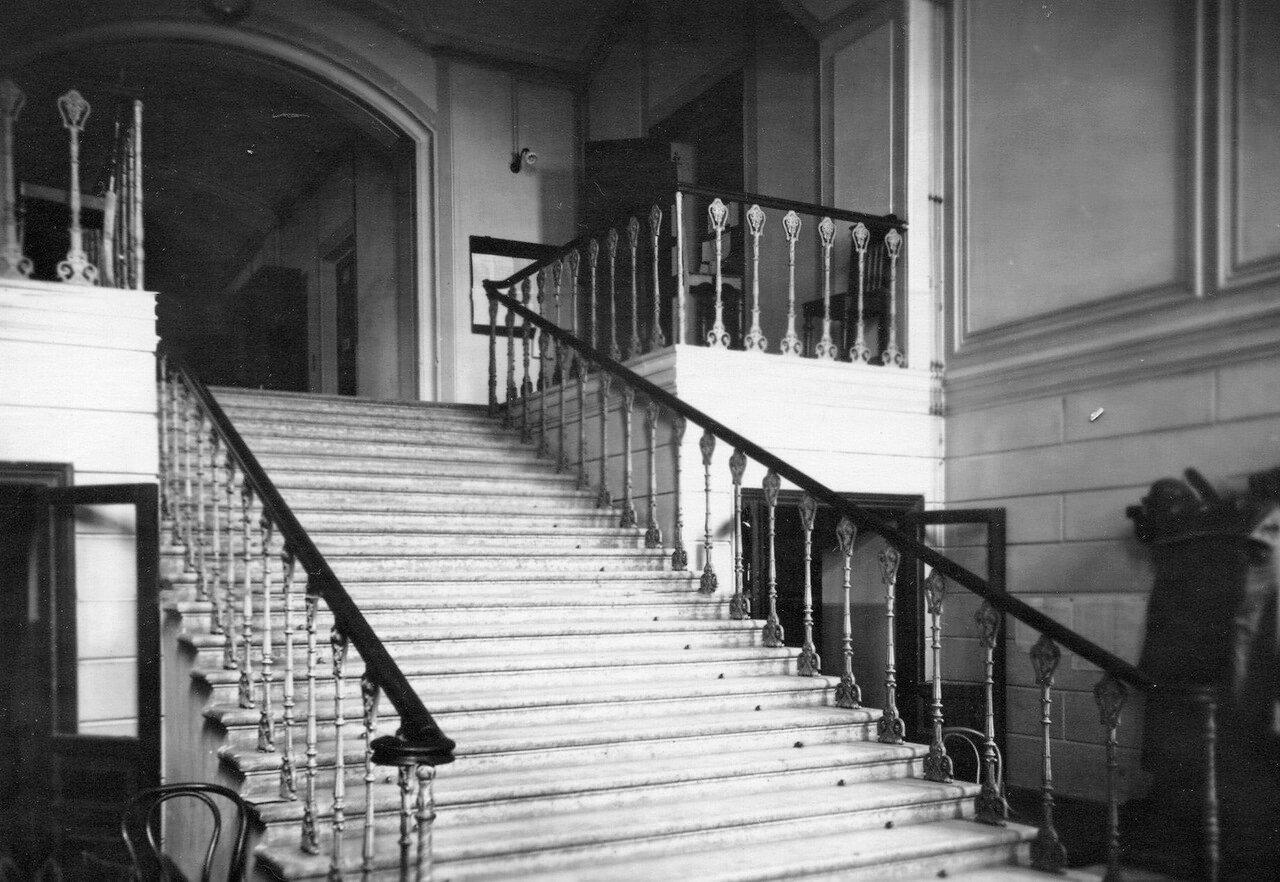 03. Парадная лестница главного корпуса женского медицинского института. 1913