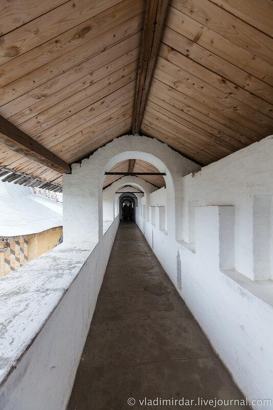 Крытый переход северной крепостной стены.