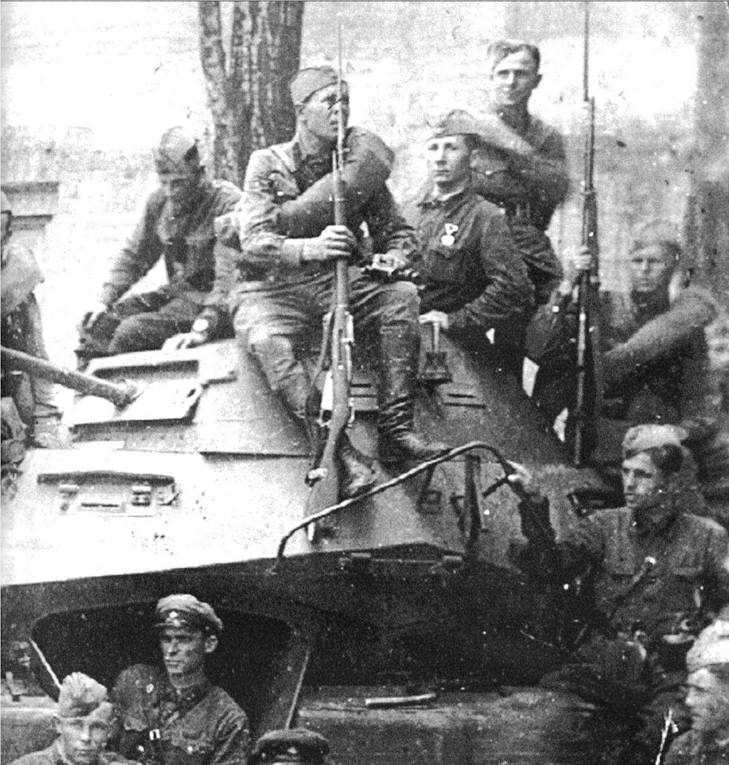 Советские солдаты на захваченном немецком бронеавтомобиле.