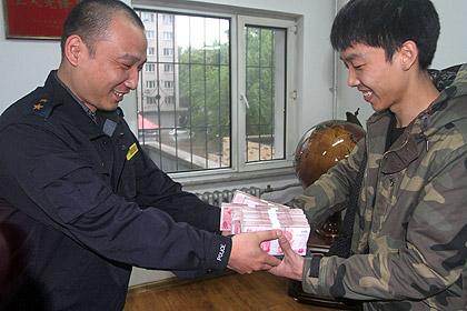 Китайский таксист возвратил пассажирам 27 тысяч американских долларов