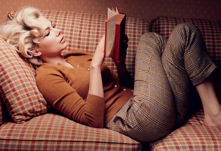 блондинка чете