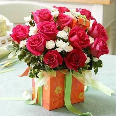 Розы и подарки для тебя открытка поздравление картинка