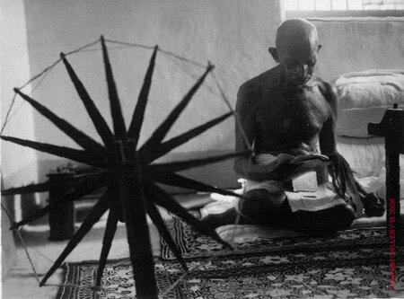 Ганди с прялкой