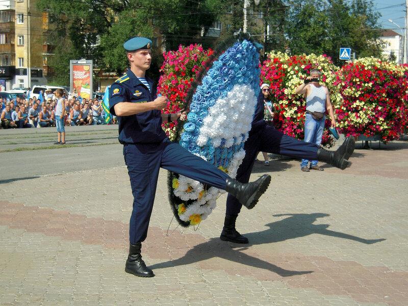 Возложение венков у памятника добровольческому танковому корпусу