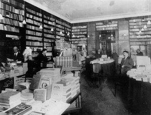 Отдел художественной литературы книжного магазина А.Ф.Цинзерлинга.