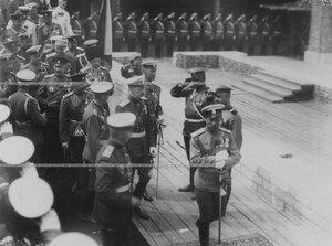 Император Николай II и сопровождающие его лица  осмотривают  строящееся здание  казарм полка