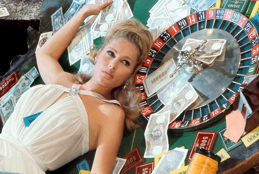 Девушки Джеймса Бонда Ursula_Andress_Casino_Royale_Table_(1967).png