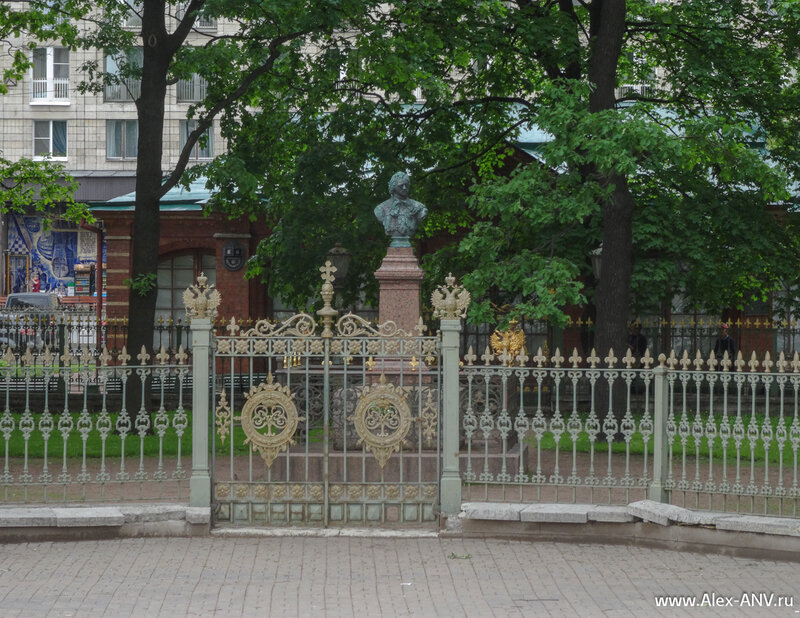 Ограда дома-музея и бюст Петра Первого во дворе.