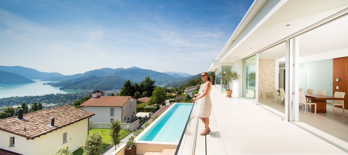 Philipp Architekten, частный дом в Швейцарии, частный дом с видом на озеро, дом на озере Лугано, белый фасад дома, подогреваемый бассейн в доме