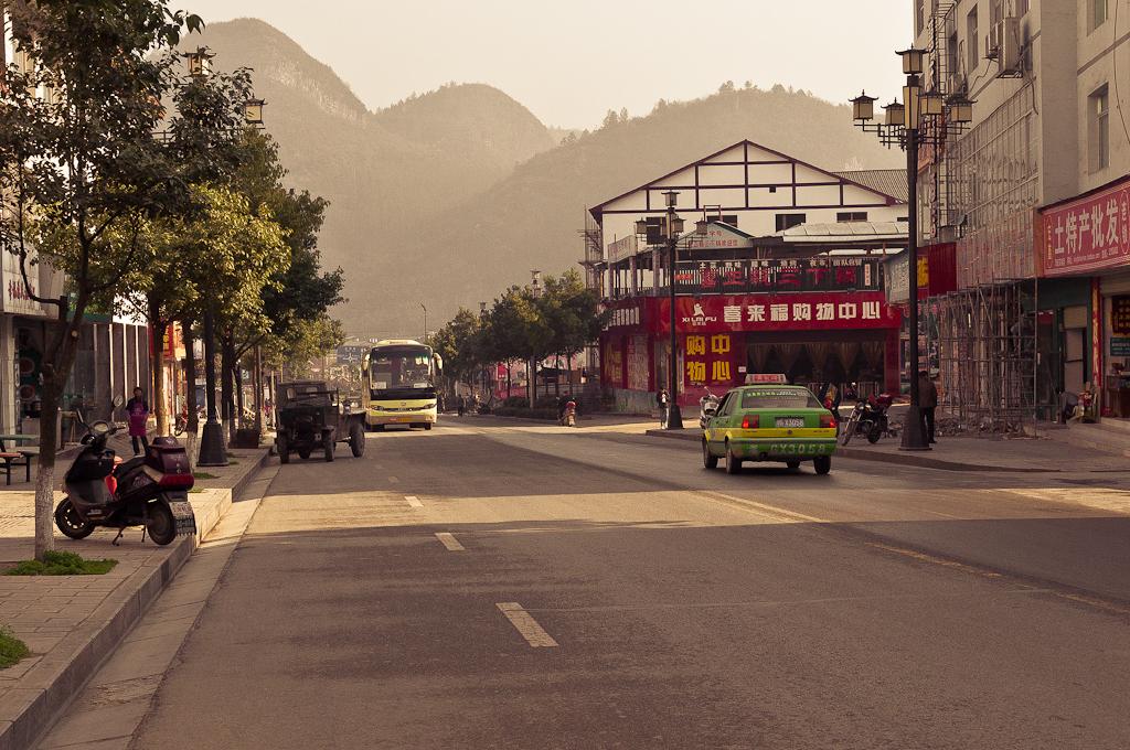 Фото 3. На улицах деревни Улинъюань (Wulingyuan) архитектура, как в Яншо (Yangshuo), что находится на юго-востоке страны близ города Гуйлинь. Рассказ про поездку на отдых в Китай самостоятельно.