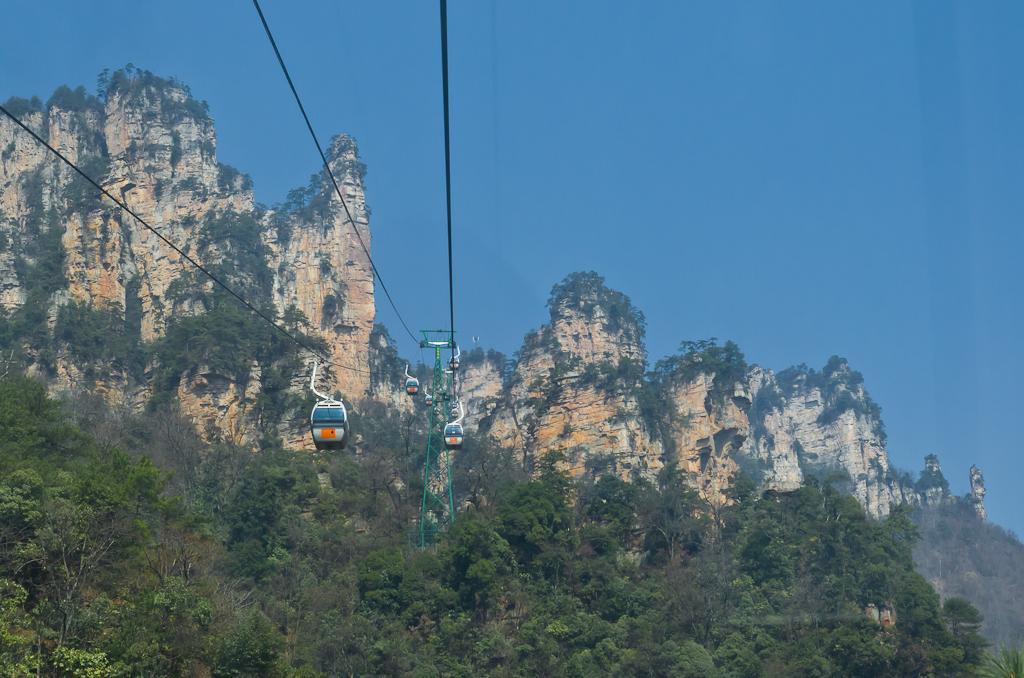 Фотография 13. Канатная дорога в заповеднике Улинъюань. Сногшибательные пейзажи начинаются почти сразу. Советы туристам по организации экскурсии в Чжанцзяцзе в Китае самостоятельно.