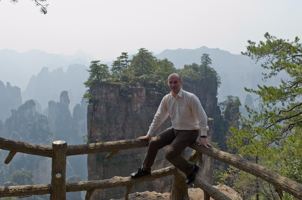 Фото 5. Самостоятельный отдых в Китае. Посещение парка Чжанцзяцзе. А за спиной - пропасть...