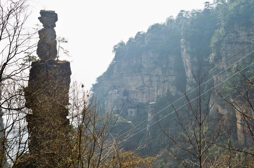 Фото 1. В правом верхнем углу - платформа для отдыха туристов, которую я принял за храм. Самостоятельная экскурсия в национальный парк Чжанцзяцзе