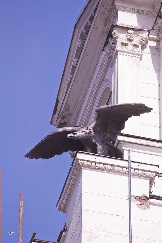 Бронзовый орел смотрящий на Запад, на башне Киевского вокзала