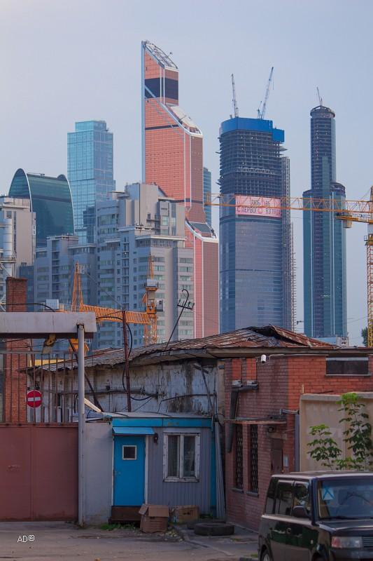 вид на новые московские небоскребы с мест бывшего государева дровяного (щепного) двора, на котором делались срубы для дворцовых зданий..