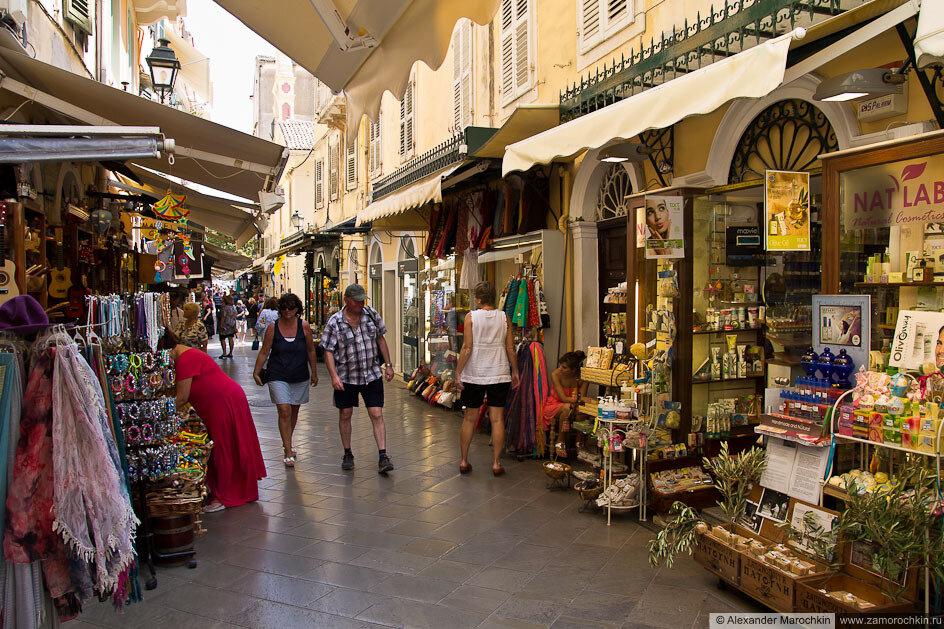 Улица с сувенирными магазинами в Керкире, Корфу, Греция