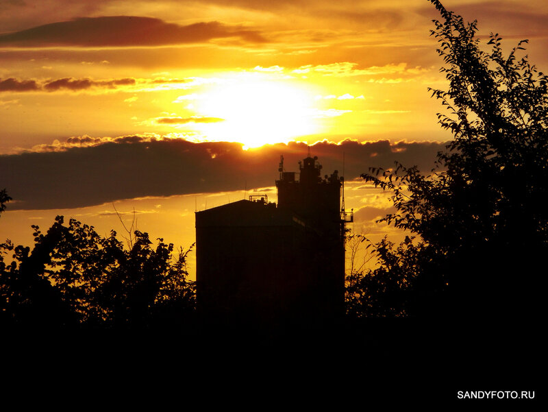 Закат за большим элеватором в Троицке