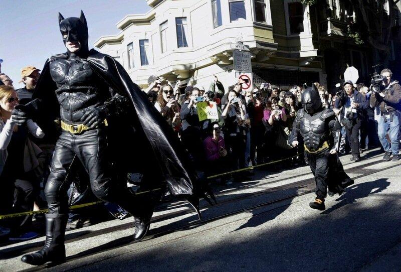 5-летний Майлз Скотт помогает Бэтмену спасать город