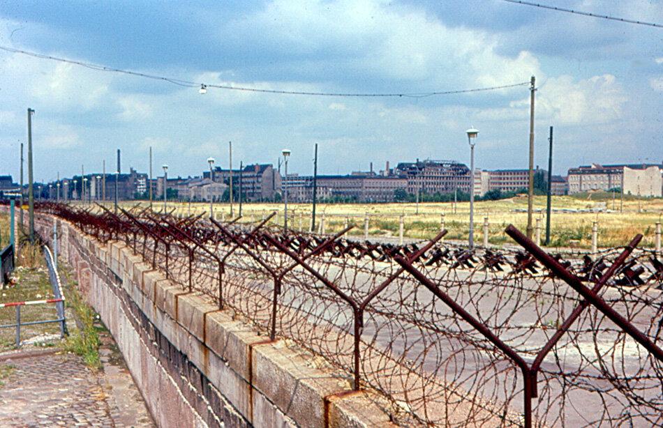 1963. Восточный Берлин от Берлинской стены