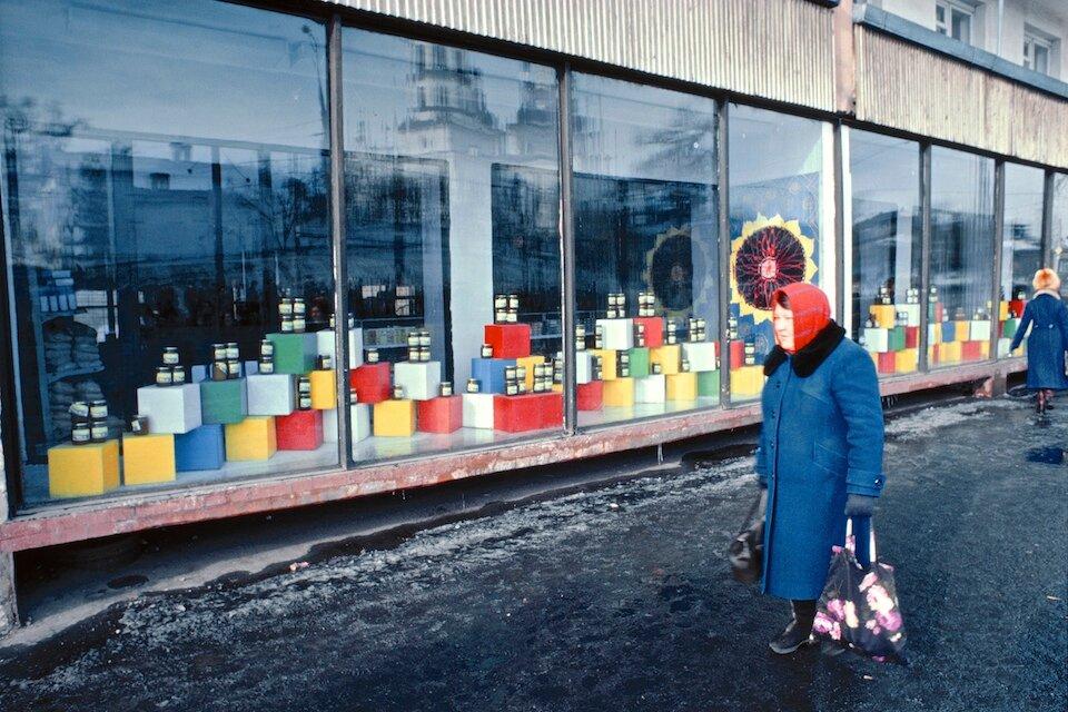 Иркутск. Продуктовый магазин на улице Тимирязева напротив Крестовоздвиженской церкви
