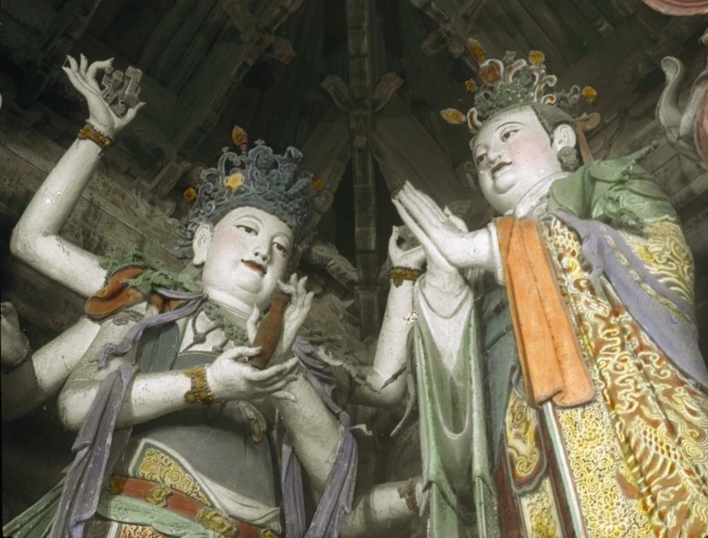 Пекин. Окрашенные глины скульптуры династии Мин в Храм Великой Мудрости