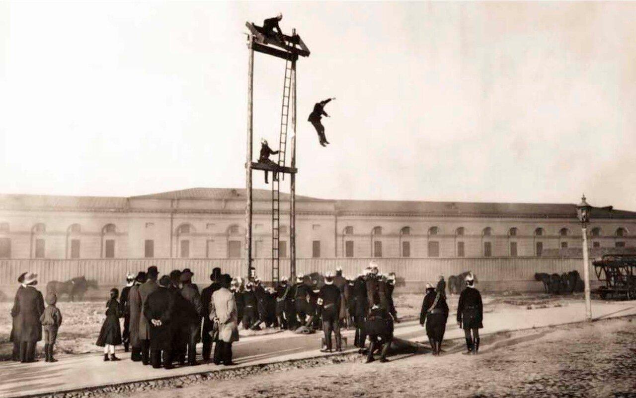 1904. Группа пожарных во время учений. Санкт-Петербург.