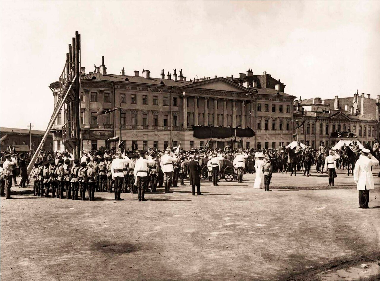 1912. Император Николай II подъезжает к учебной башне детей-пожарных во время военно-спортивного праздника на Марсовом поле.