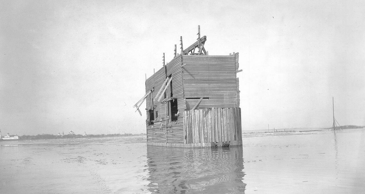 Деревянное сооружение быка строящегося моста