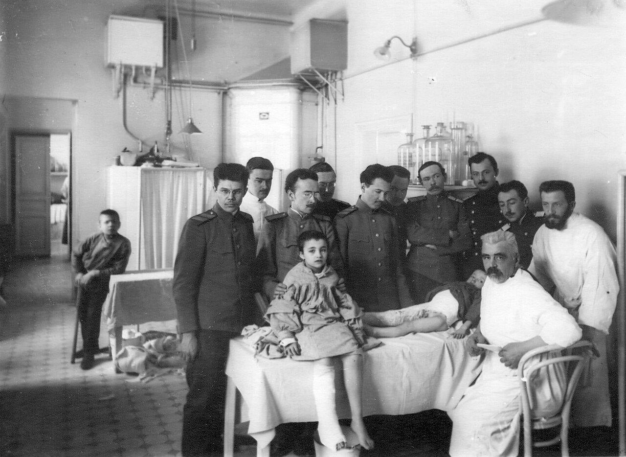 114. Группа слушателей академии на осмотре больных в ортопедической клинике справа сидит профессор Г.И.Турнер (Боткинская улица,1)