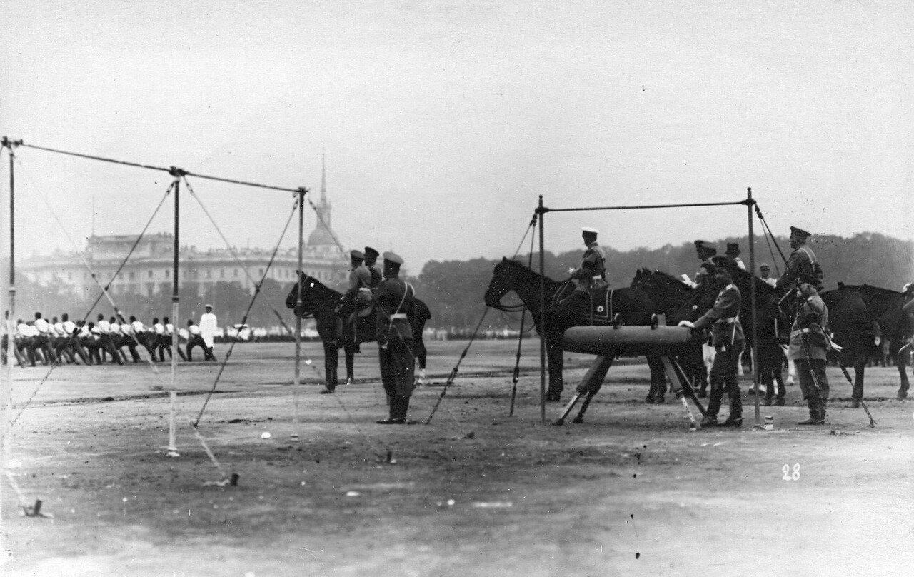 91. Император Николай II и сопровождающие его лица наблюдают за гимнастическими упражнениями потешных