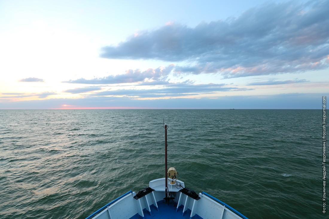 теплоход Русь Великая встал на рейд перед входом в Волго-Каспийский судоходный канал