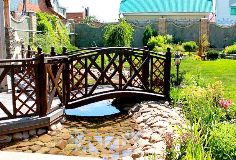 Декоративный мостик через ручей
