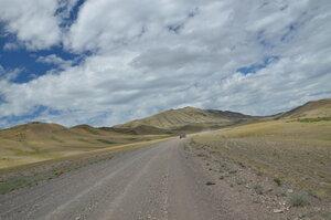Слева на горе видна дорога на перевал по которой мы поедем