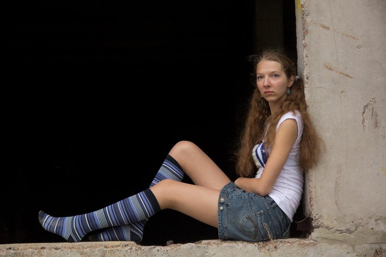 Загадочный фотоссет девушки на заброшке