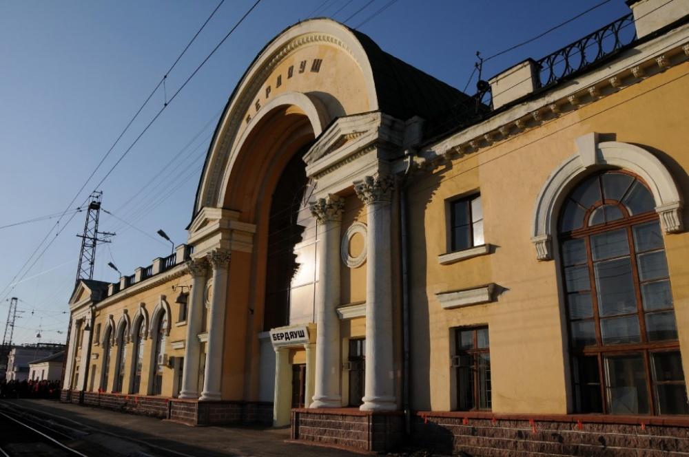 Шестьдесят с лишним лет именно это здание встречает гостей поселка (03.07.2014)