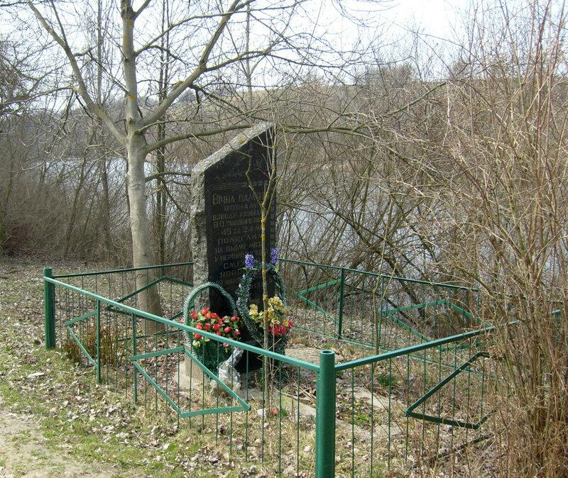Памятник на месте гибели разведчиков 90-го танкового полка 45-й танковой дивизии на окраине пригородного села Прибугское (Шкуринцы)