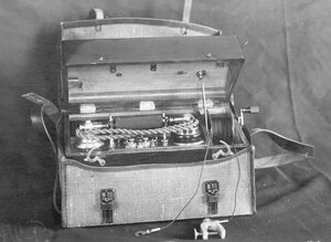 Внешний вид переносного индукторного телефонного аппарата, служащего для специального пользования.
