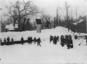 Группа конькобежцев на льду в Юсуповом саду.