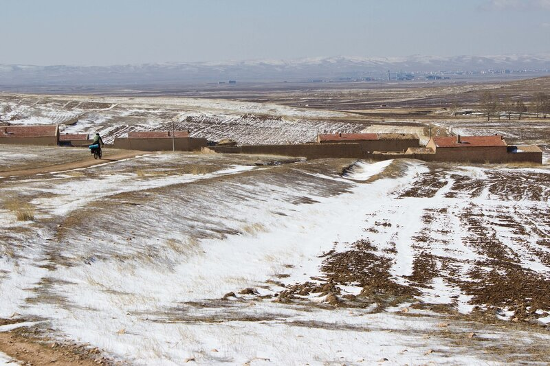 город Чахар Югчжунци (Chahar Youyi Zhongqi) и горы Инь Шань во внутренней монголии, китай