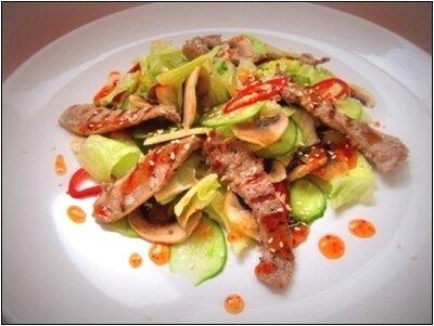 Салат с индейкой под соусом чили