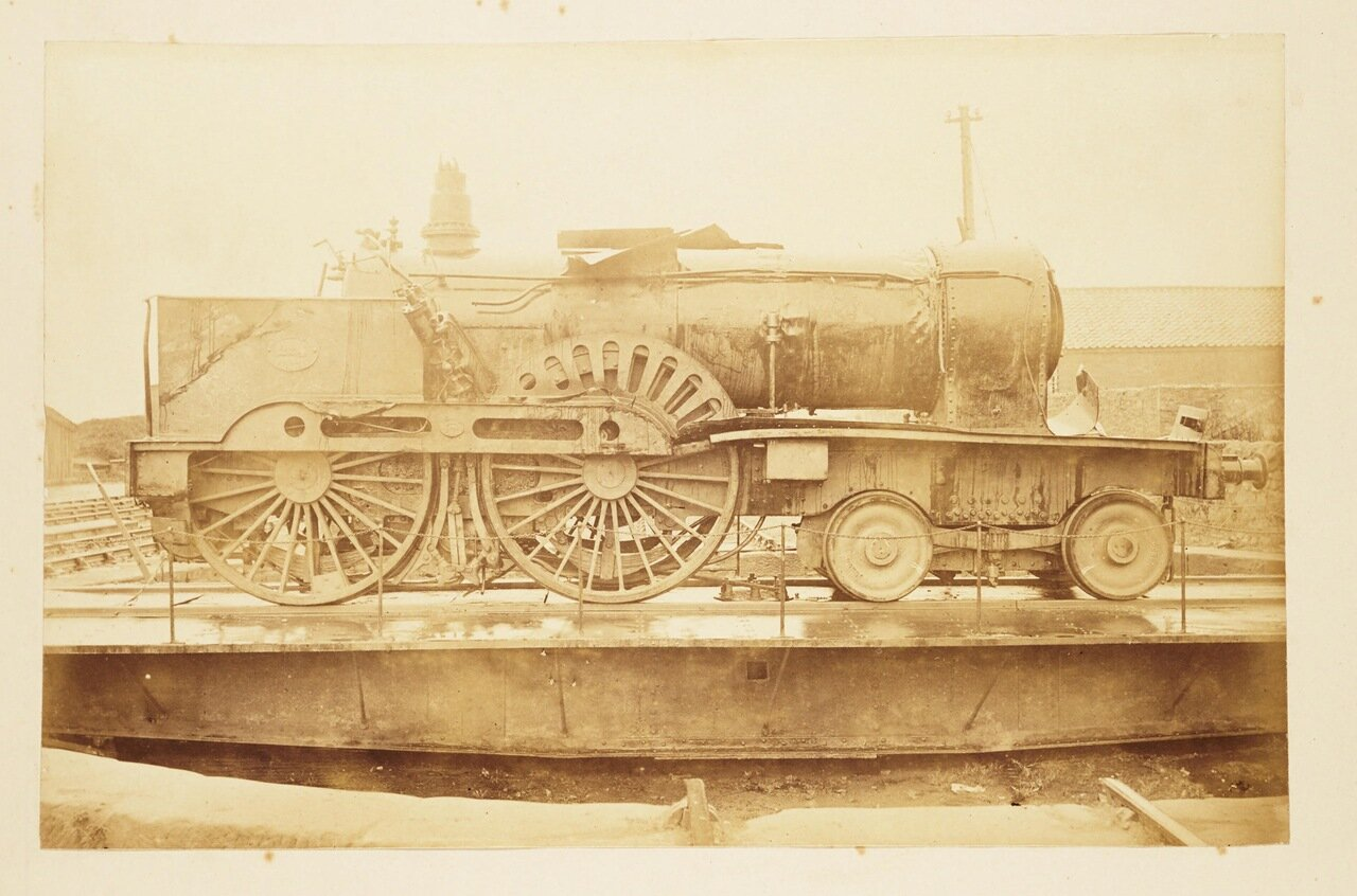 Фотография локомотива уцелевшего после катастрофы