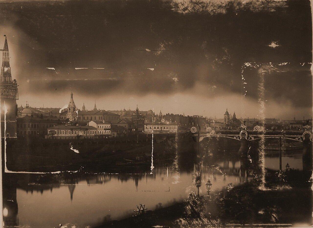 Вид празднично иллюминированных к торжествам коронации домов в Замоскворечье и Большого Москворецкого моста; слева - Беклемишевская башня Кремля