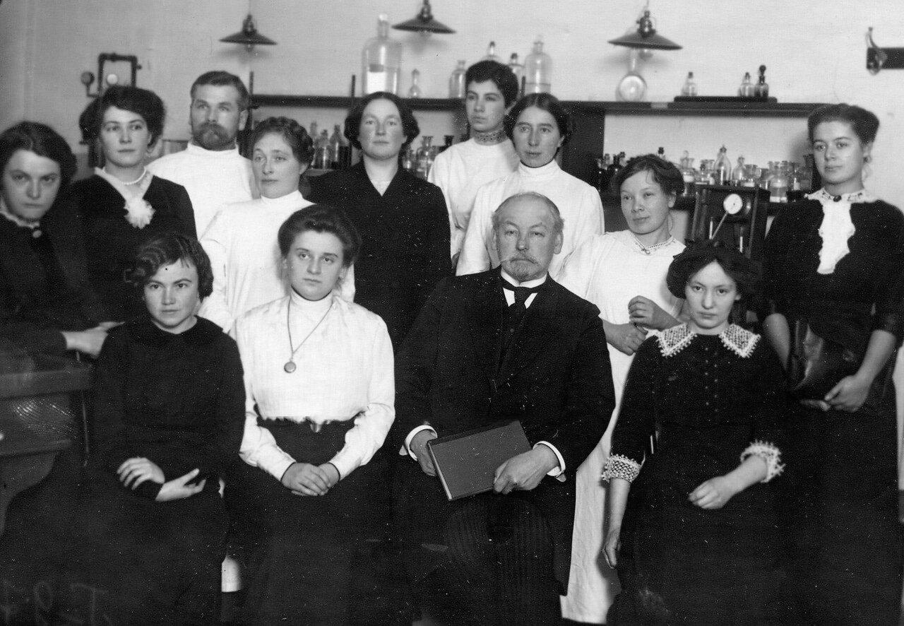 Хлопин Г. В. - професор, заведующий кафедрой гигиены женского медицинского института (с 1904 по 1929 гг.), с группой слушательниц института