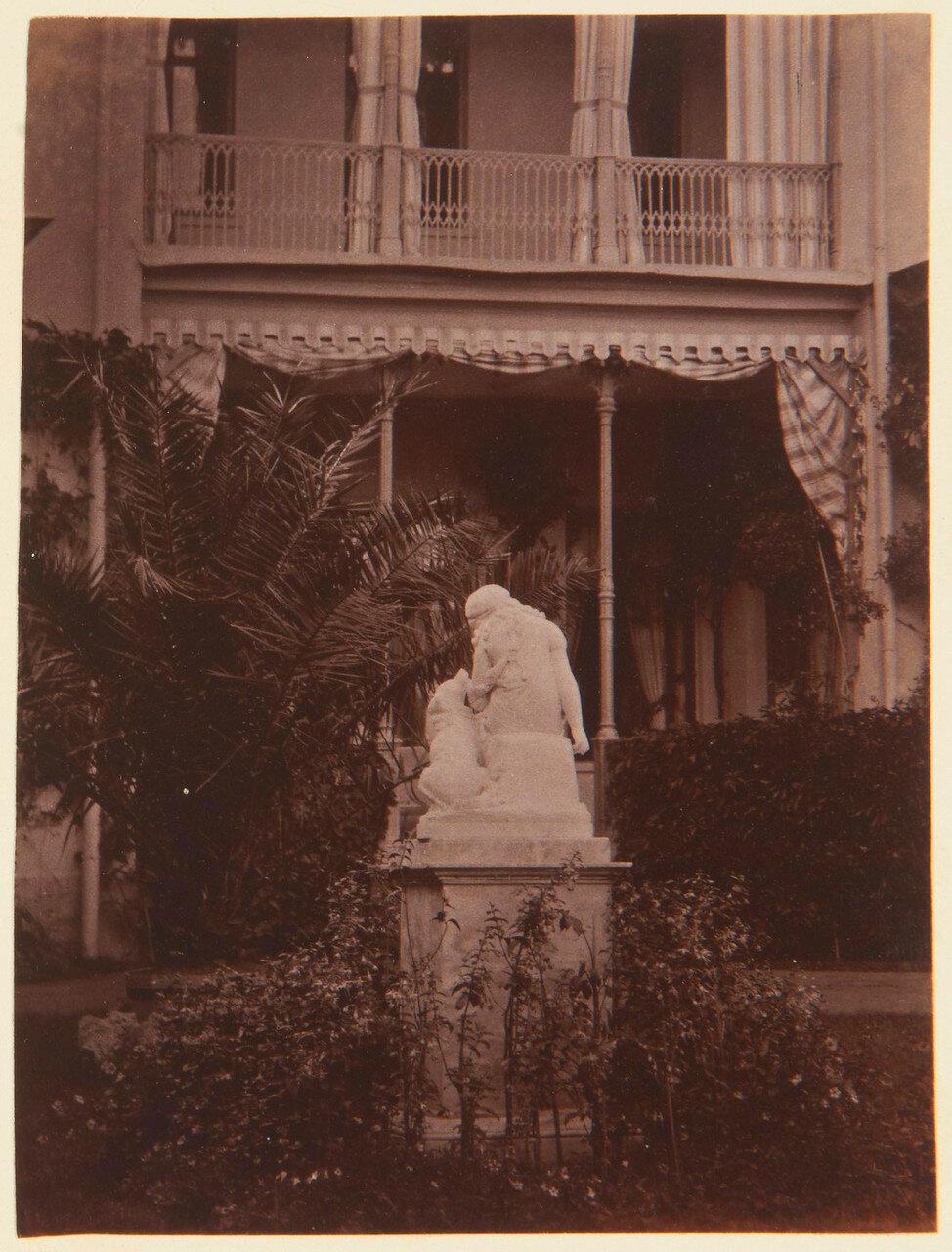 43. Статуя молодой девушки и собаки в саду Фермерского дворца