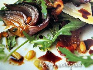 Салат из рукколы подать теплым