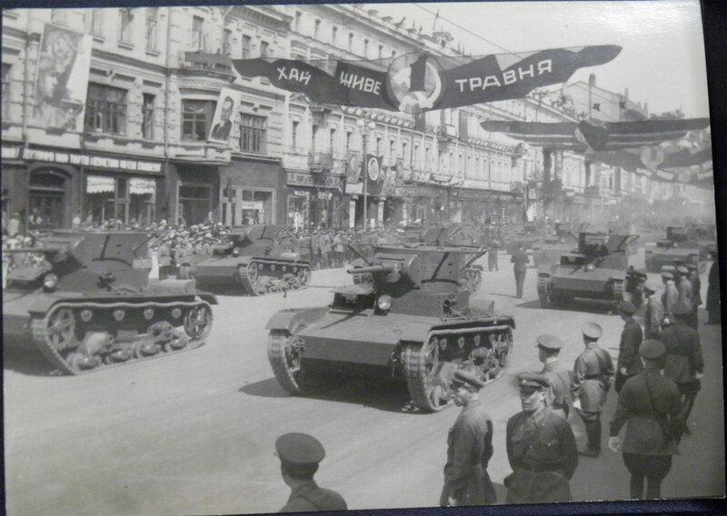 Танки Т-26 проезжают по Крещатику во время парада 1 мая 1939 года.